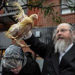 People participate in the Jewish religious holiday of Kaporos in the Brooklyn borough of New York City, October 9, 2016. REUTERS/Stephanie Keith - RTSRINL